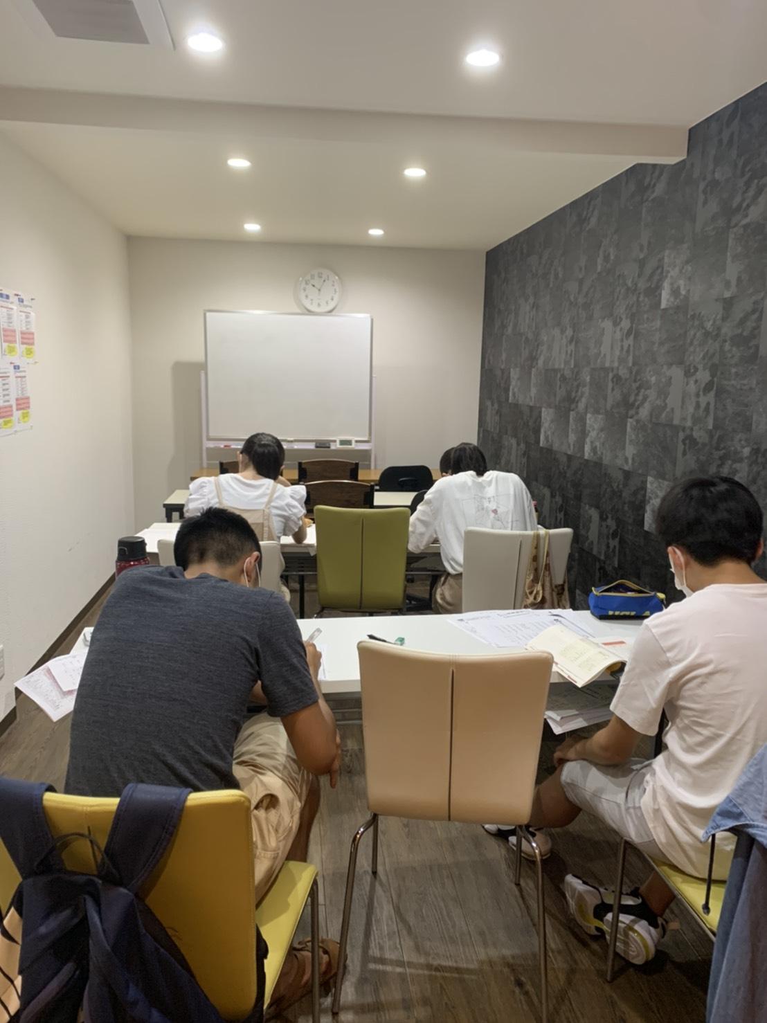 22時過ぎに勉強する生徒たち